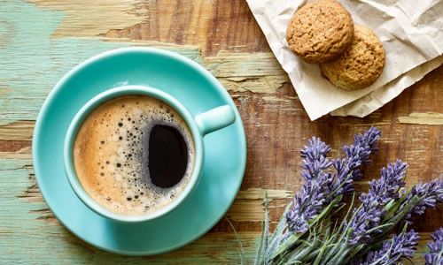sütlü kahve ve biskuvit