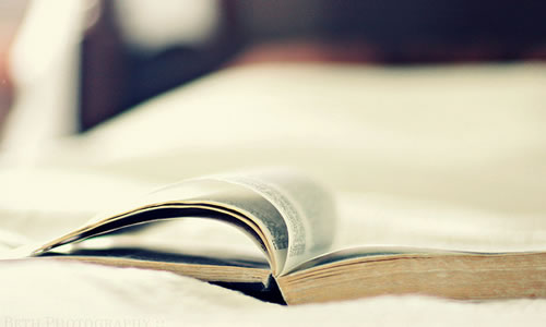 yatakta kitap okumak