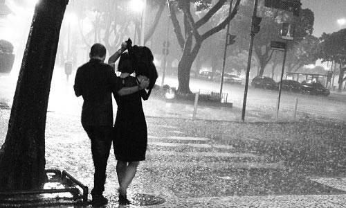 Yağmurda islanmak
